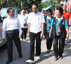 Rotarians inspect tub sites with the mayor of Surakarta. Rotarians shared details of the project with the mayor to use in other parts of the city.