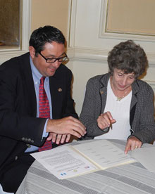 Luis Pedro Fuxet Ciani, president of the Rotary Club of Guatemala Sur, and Suzanne Gibson, president of the Rotary Club of Barrington Breakfast, sign a sister club agreement.