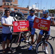 Competitors in the Doble Bragado cycling race in Argentina take a moment to promote polio eradication. Photo courtesy Rotary District 4855