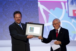 RI President Sakuji Tanaka presents an award to Ralf Trautwein, president of the Rotary Club of Villingen-Schwenningen, Germany. Monika Lozinska/Rotary International
