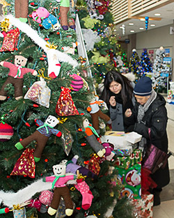 Richmond residents read about a service project during the Rotary Club of Richmond Sunset's Winter Wonderland.