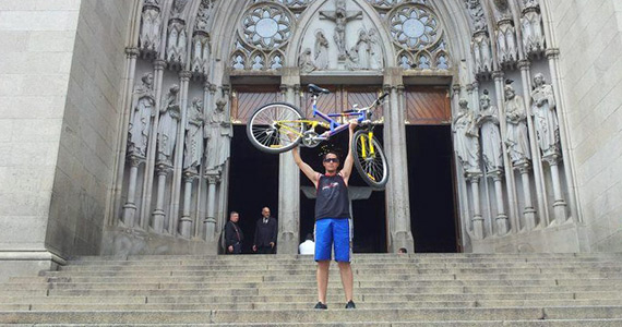 Robson Duarte and bike in front of the São Paulo Cathedral.